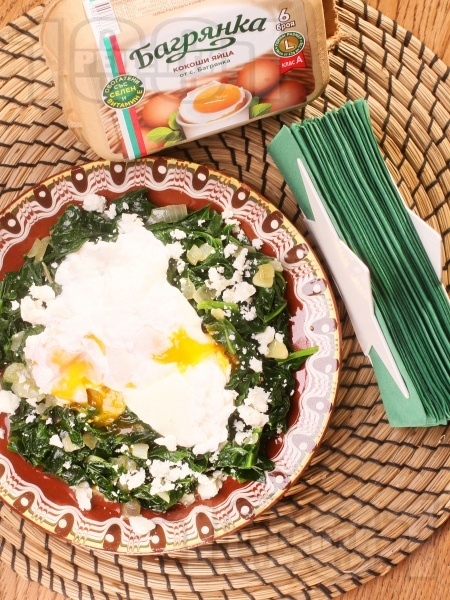 Забулени яйца на тиган със задушен спанак, сирене и яйца Багрянка - снимка на рецептата